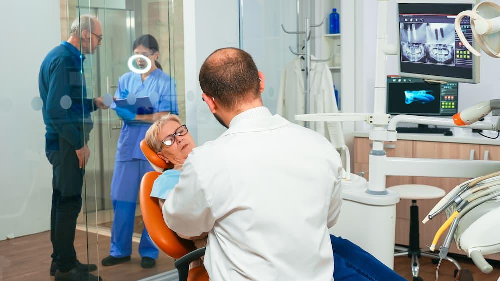 植牙年齡有限制嗎?爸媽60歲還可以植牙嗎?
